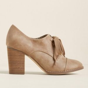 👢 Modcloth Oxford Taupe Lace Up Block Heel👢